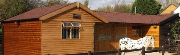Establo de madera con teja asfáltica ligera Onduvilla rojo