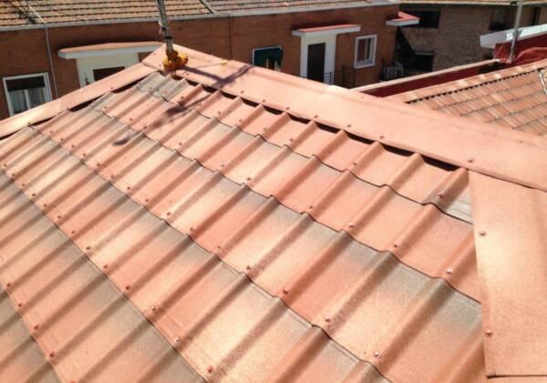 Cumbrera y limatesa en tejado con Teja asfáltica ligera Onduvilla