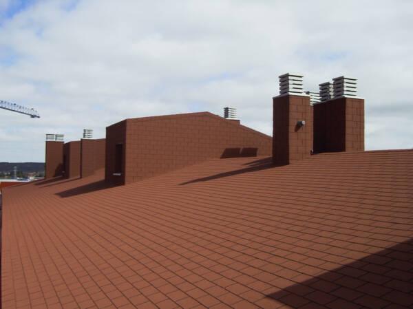 Tegola americana BARDOLINE rectangular marrón en cubierta de viviendas