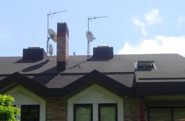 Tegola americana BARDOLINE rectangular negro en cubierta de viviendas