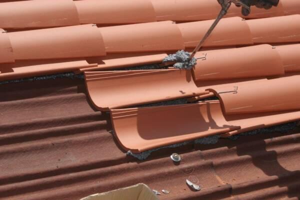 Pegado tejas curvas espuma poliuretano ONDUFOAM 2