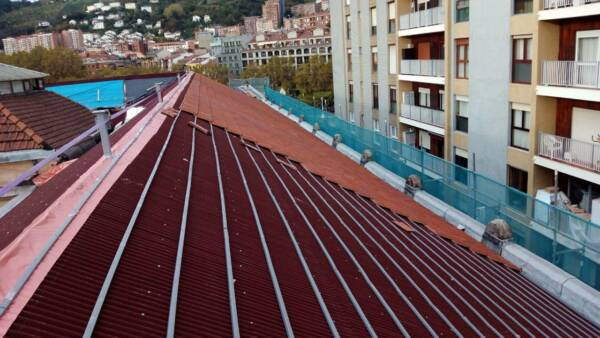 Listón PVC Onduline: instalación teja plana obra Aduana Bilbao