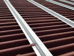 Rastrel Metálico Onduline: detalle fijación en tejado